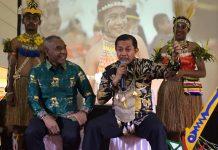 Caption : Wakil Wali Kota Jayapura, Ir. H. Rustan Saru, MM didampingi Kepala Dinas Pariwisata, Matias B. Mano saat membuka Launching Festival Teluk Humbolt di Mall Jayapura, Sabtu (6/7/2019) malam