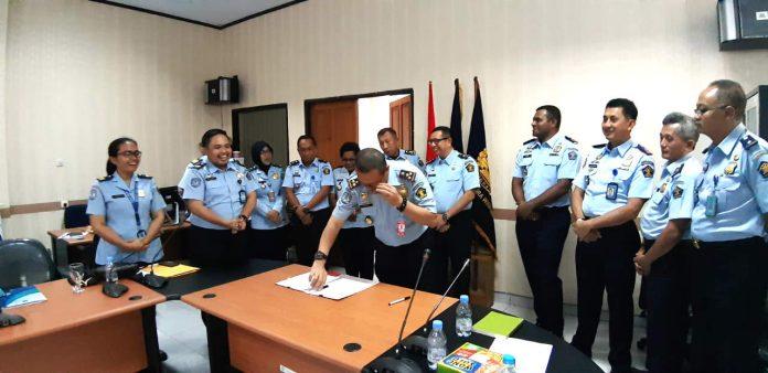 Caption : Kepala Divisi Keimigrasian Hermansyah Siregar saat melakukan pembagian wilayah kerja berdasarkan luas wilayah di kantor Kemnkumham Papua, Selasa (9/7/2019).