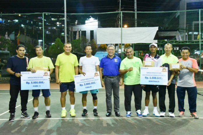 Caption : foto bersama para juara Ganda perorangan Turnamen Futsal Kapolda Cup, Rabu (10/7/2019) malam, di lapangan Tenis Lapangan Polda Papua.
