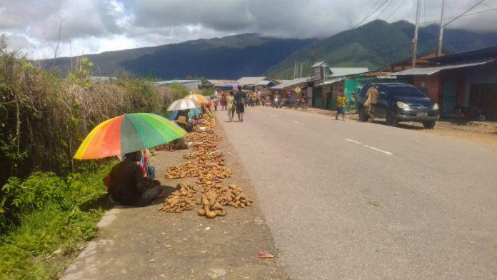 Caption : Sentral Kabupaten Dogiyai Tidak Trategis, para pedagang terpaksa jualan jalan raya lintas kabupaten Nabire-Dogiyai-Paniai dan Intan Jaya.