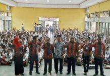 Caption : Penyuluh Hukum Madya Kanwil Papua, Suhardiyatno dan Plh Kakanwil Max Wambrauw dan jajarannya foto bersamaa di sela-sela saat penyuluhan Narkoba di SMK Negeri 1 Sentani, Kamis (11/7/2019)