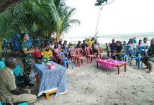 Caption : Dandim 1709/Yawa Letkol Arh Pulung Patria Daga saat tatap muka dengan masyarakat Kampung Mansesi Distrik Pulau Kurudu sebagai tanda memulainya program TMMD ke 105.