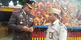 Caption : Kepala Pertanahan Kota Jayapura Roy Wayoi saat bincang-bincang dengan Kapolres Jayapura Kota AKBP Gustav Urbinas di lapangan Brimob usai upacara Hut Bhayangkara, 10 Juli 2019