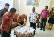 Caption : Walikota Jayapura, Dr Benhur Tomi Mano MM saat menandatangani MoU bersama BPJS Ketenagakerjaan Papua didampingi oleh Kepala DPNTSP Kota Jayapura, Jum'at (12/7/2019).