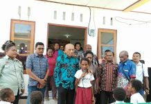 Caption : Wali Kota Jayapura saat melaunching Kelas Literasi Ebenhaezer didampingi oleh Kepala Dinas Pendidikan dan Kebudayaan Kota Jayapura, Ketua Alumni Peduli Pendidikan Yoka