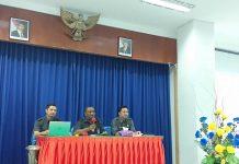 Kepala BPS Provinsi Papua, Simon Sapari didampingi Kepala Bidang Statistik Sosial, Bagas Susilo dan Kepala Bidang Statistik Ketahanan Sosial, Taufiq Fajar Dewanto, saat merilis berita resmi statistik di kantornya, Senin (15/07/2019).