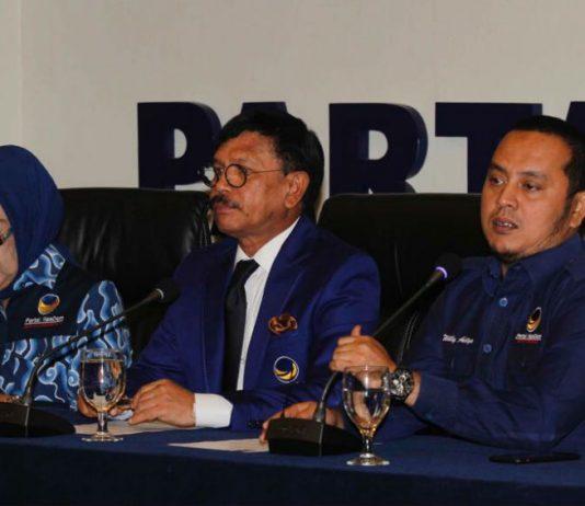 """Caption : Sekjen DPP Partai Nasdem Johnny G Plate (tengah), Kepala Sekolah Legislatif Partai Nasdem Nining Indra Shaleh (kiri) dan Ketua DPP Partai Nasdem Willy Aditya memberikan keterangan pers persiapan """"Sekolah Legislatif 2019"""" di kantor DPP Partai Nasdem, Jakarta, Senin (15/7)."""