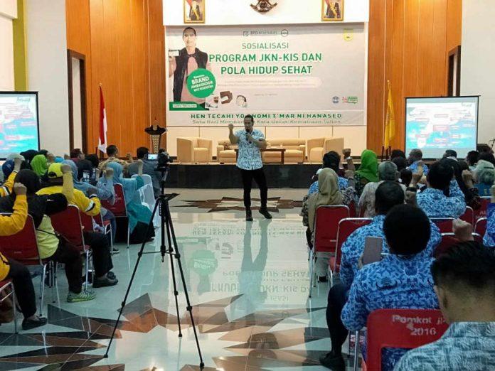 Brand Ambassador BPJS Kesehatan, Ade Rai saat mensosialisasikan pola hidup sehat di Aula Sian Soor, Rabu (17/7/2019).