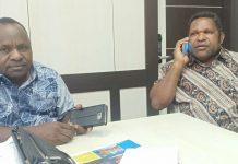 Caption : Dua legislator Papua dari Pegunungan Papua yakni, Bobirus Jikwa dan Gerson Somma, saat memberikan keterangan pers di kantor DPR Papua.