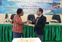 Caption foto : Wakil Ketua I DPRD Kota Jayapura, Mathelda Yakadewa berjabat tangan dengan Kepala Kantor Wilayah, Max Wambrauw usai penandatanganan MoU di Aula Lantai 3 Gedung DPRD Kota Jayapura, Kamis (25/7/2019)