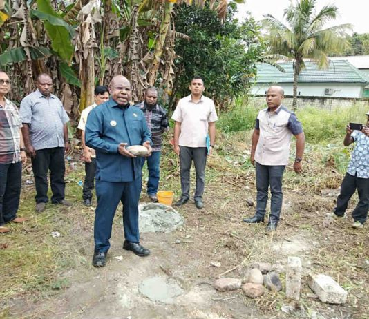 Caption : Bupati Kabupaten Tolikara, Usman G. Wanimbo SE., M.Si saat meletakan batu pertama di lokasi pembangunan Asrama Mahasiswi Kabupaten Tolikara di Kota Study Jayapura, Senin (29/7/2019).