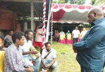 Caption : Bupati Kabupaten Tolikara, Usman G. Wanimbo, SE., M.Si, saat berdiskusi dengan anggota Himpunan Mahasiswa Pemuda Tolikara (HMPT), Senin (29/7/2019).