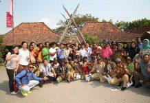 Bupati Keerom Muh. Markum bersama 37 kepala kampung berpose bersama seusai melihat secara langsung BUMDes Kampung Mataraman yang terletak di Kabupaten Bantul Yogyakarta