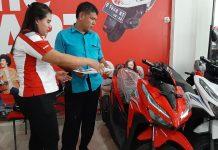 CS Astra Motor Entrop saat melayani customer yang hendak membeli Honda Vario 150. (Foto/Jainuri)