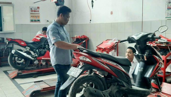Branch Head Astra Motor Entrop, Riyanto saat mengawasi mekaniknya yang sedang melakukan servis sepeda motor customernya.(Foto/A. Jainuri)