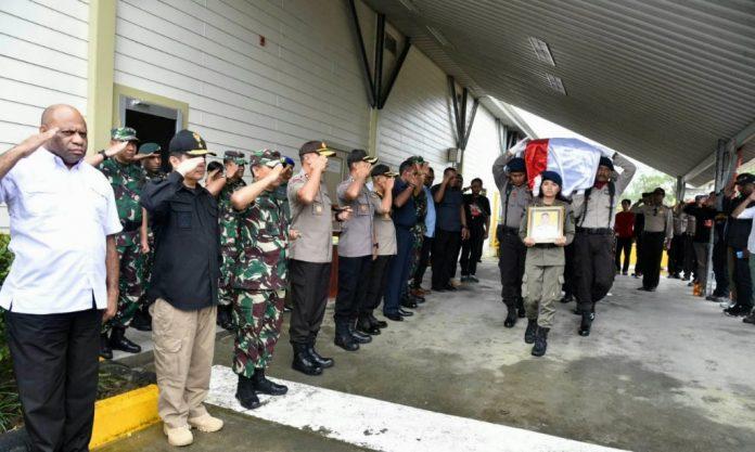 Suasana pelepasan jenazah Brigpol Anumerta Hedar di Bandara Mozes Kilangin Timika yang dipimpin Kapolda Papua, Irjen Pol. Drs. Rudolf A. Rodja, Selasa (13/8/19)