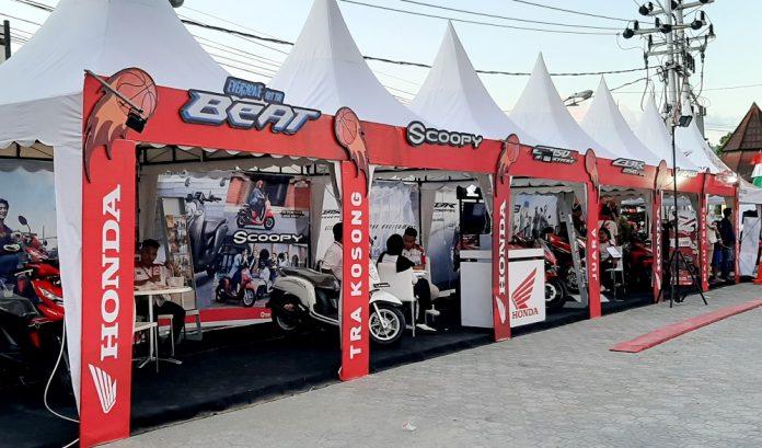 Stand Astra Motor Papua bersama para dealer yang ada di Kota Jayapura di halaman GOR Waringin Kotaraja tempat penyelenggaraan Honda DBL 2019, yang siap melayani pelanggan.(foto/Jainuri-PapuaSatu.com)