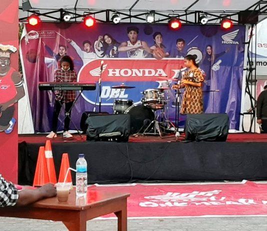 Salah satu peserta Honda Academy saat menampilkan bakat berolah vokalnya di depan juri di ajang Honda DBL 2019, di Halaman GOR Waringin Kotaraja, Kamis (22/8/19). (Foto/Jainuri-PapuaSatu.com)