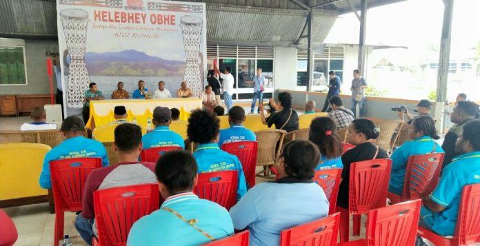 Sejumlah ondoafi di Kabupaten Jayapura saat melakukan pertemuan penolakan aksi demostrasi di Kabupaten Jayapura di Obhe Helebhey Sentani, Senin (26/8/2019) pagi