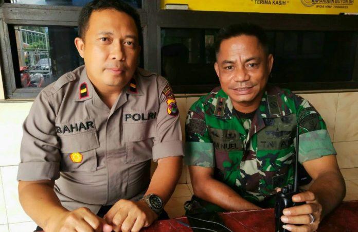 Dansatgas Pamrahwan Paskas, Letkol Jhoni Imanuel dan Kapolsek Bandara Sentani, Bahar ketika memberikan keterangan kepada wartawan di Sentani, Senin (26/8/2019)
