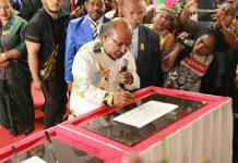 Caption : Gubernur Papua, Lukas Enembe, saat menandatangani prasasti peresmian Gedung II DPRP Papua, Kamis (1/8/2019)