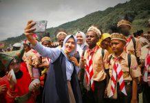 Caption : Kontingen Pramuka Keerom Papua saat berswafoto dengan warga yang turut hadir dalam upacara pembukaan KBN X 2019 di Kota Padang Panjang.