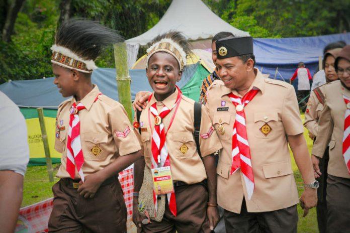 Caption: Bupati Keerom Muh. Markum ketika berbincang akrab dengan salah satu kontingen pramuka asal Keerom yang mengikuti Kemah Budaya Nasional ke X di Padang Panjang Provinsi Sumatera Barat