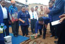 Caption : Wasekjen Bidang Renlitbang DPP NasDem, Dedy Ramanta, S.H., didampingi Ketua DPW NasDem Provinsi Papua, Mathius Awoitauw melakukan peletakan batu pertama pembangunan gedung kantor sekretariat DPW NasDem Papua, Senin (5/8/2019) sore.
