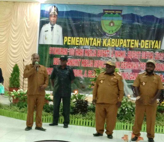 Caption : Bupati Deiyai, Ateng Edowai didamping Wakil Bupati menyerahkan cinderamata kepada Kepala Dinas Kesehatan Kornelis Pakage, Senin (5/07/2019).