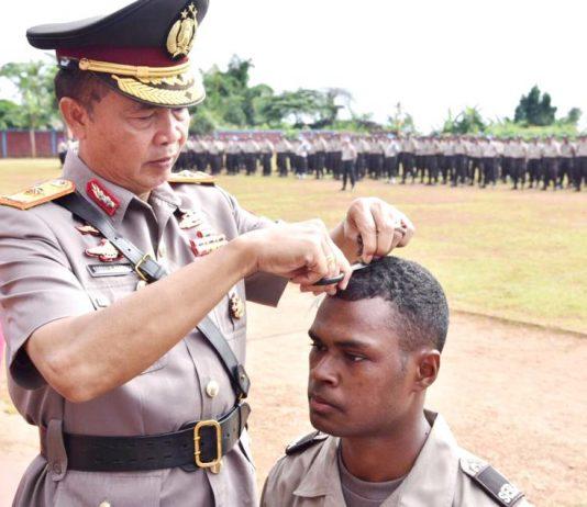 Wakapolda Papua Brigjen Pol Drs. Yakobus Marjuki saat memotong rambut kepada perwakilan siswa sebagai tradisi dalam memulai pendidikan pembentukan Bintara Polri di Lapangan SPN Polda Papua, Selasa (6/8/2019)