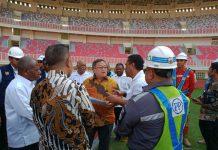Caption : Menteri PPN/Bappenas, Prof. Bambang Permadi Soemantri Brodjonegoro, S.E., M.U.P., saat berbincang dengan Sekda Provinsi Papua, T.E.A. Herry Dosinaen dan Bupati Jayapura Mathius Awoitauw, di VIP Stadion Papua Bangkit, Rabu (7/8/2019) sore.