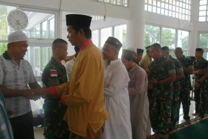 Caption : Terlihat Satgas Pamtas Yonif Pr 328/Dgh bersalaman dengan warga di perbatasan RI-PNG,Jayapura (11/08/2019).