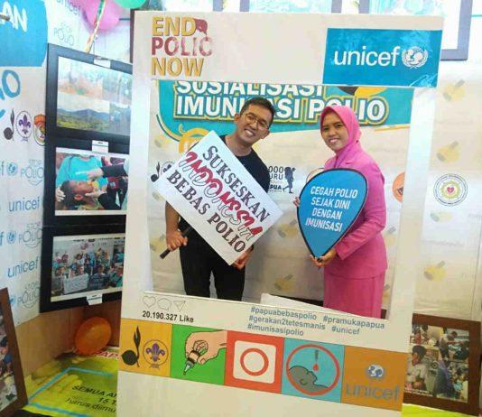 Caption : Immunisation Officer Unicef Indonesia, dr. Husni didamping Ibu Bhayangkari, saat berada di Stand untuk ikut memeriahkan pameran pembangunan Kota Jayapura