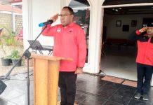Ketua DPD PDIP Provinsi Papua, John Wempi Wetipo saat memimpin upacara HUT Kemerdekaan RI ke-74 di markas DPD PDI Perjuangan Papua, Kotaraja, Kota Jayapura, Sabtu (17/8/2019)