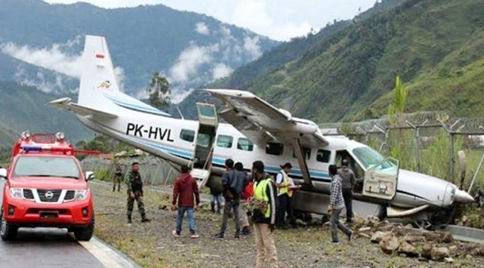 Pesawat Udara Dimonim Air PK-HVL yang tergelincir di Bandar Udara Mulia, Kabupaten Puncak Jaya, Papua