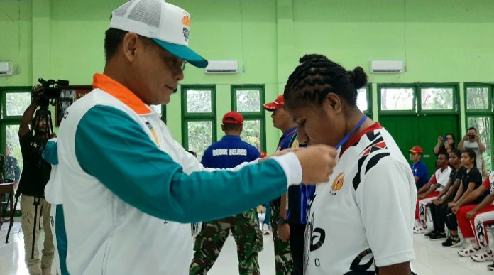 Kasdam XVII/Cenderawasih, Brigjen TNI Irham Waroihan saat mengalungkan tanda peserta kepada perwakilan atlet di Rindam XVII/Cenderawasih, Senin (2/9/19)