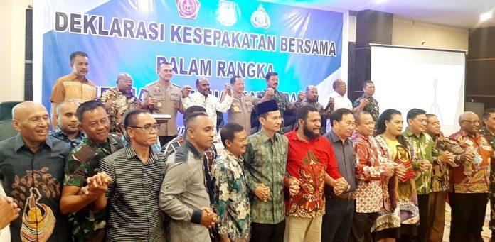 Puluhan stakholder dari seluruh Papua bergandengan tangan usai deklarasikan kesepakatan jaga Papua tanah damai, di Swiss Bellhotel, Kamis (5/9/19).