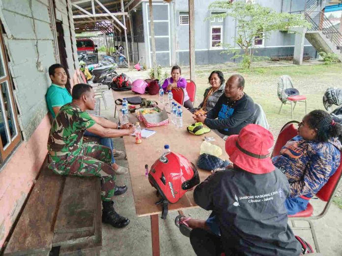 Caption : Serka Permana saat menggelar rapat persiapan rencana kegiatan perkemahan peran saka Wira Kartika.