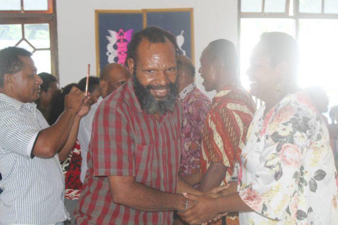 Caption : Ketua Harian KPA Papua, Yan Matuan ketika bersalaman dengan para Koordinator Devisi KPA Papua usai melepas tim untuk berangka ke tujuh wilayah adat