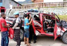 Aparat Polres Tolikara saat melakukan razia senjata tajam di Jalan Kogome (Depan Pos Lantas Res Tolikara), Selasa (3/9/2019)