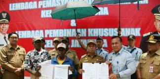 Caption: Bupati Keerom Muh. Markum, Kakanwil Papua Kemenkumham Iwan Santoso dan Ondoafi Bate saat menunjukkan perjanjian yang telah ditandatangani, sebagai salah satu rangkaian dalam acara pelatakan batu pertama pembangunan Lapas Perempuan dan Lapas Khusus Anak.