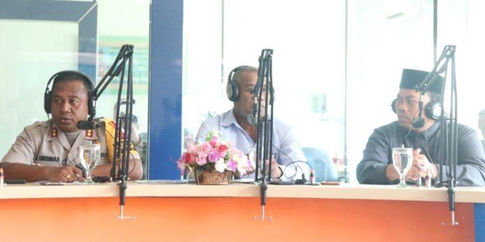 Kapolres Jayapura Kota, AKBP Gustaf R Urbinas bersama Ketua FKUB Kota Jayapura Pdt. Willem Itarr, S.Th, dan Sekertasris FKUB Kota Jayapura Ustad Dr. Eko Siswanto, saat melakukan dialog interaktif di RRI Pro 1, Rabu (11/9/19).