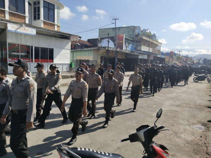 Caption : Personil Polres Jayawijaya ketika melaksanakan Patroli di Kota Wamana untuk menjaga situasi Kamtibmas tetap kondusif