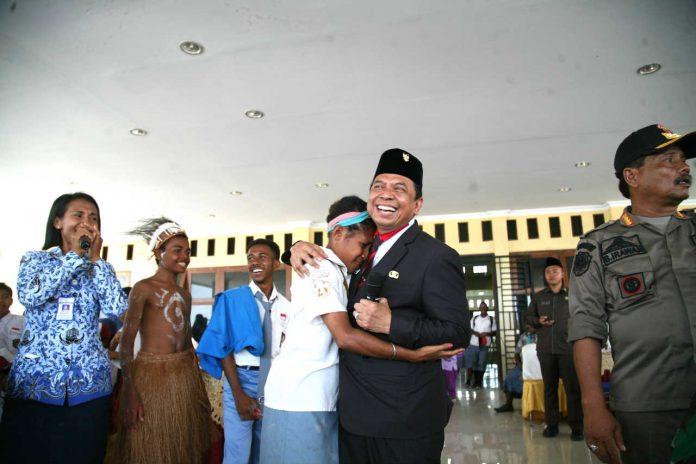 Caption: Lany Ohe yang langsung memeluk Bupati Keerom Muh. Markum ketika dirinya dihadiahi satu unit sepeda motor dalam acara Hari Perhubungan Nasional dan HUT Lantas Indonesia yang berlangsung di Kantor Otonom Kabupaten Keerom.