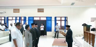 Caption : Bupati Jayapura, Mathius Awoitauw, S.E., M.Si., saat melantik tiga direktur dan badan pengawas Perusda Baniyau periode 2019-2024, di Aula Lantai II Kantor Bupati Jayapura, Rabu (18/9/2019) pagi.
