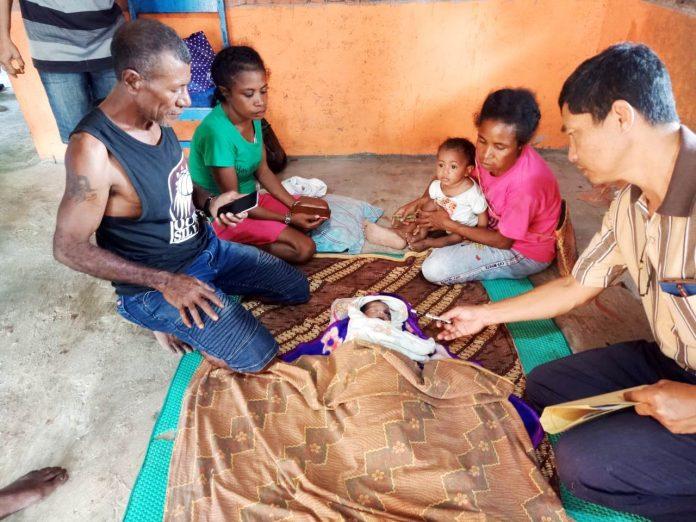Jenazah bayi baru lahir yang ditemukan di pinggiran kali Nabarua, Nabire, yang berlumpur