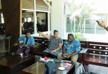 Caption : Ketua Komisi V DPR Papua, saat bicang-bincang dengan anggota Komisi sebelum pertemuan dengan kepala sekola se kabupaten Biak