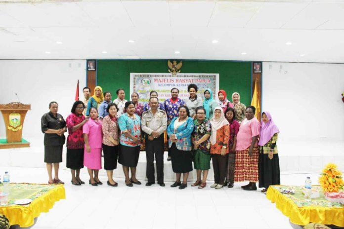 Caption : Foto Bersama Tim Pokja Perempuan MRP dan seluruh Komponen masyarakat serta Pemerintah.