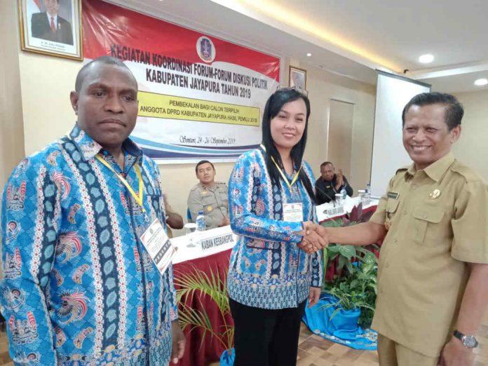 Caption : Wakil Bupati (Wabup) Jayapura Giri Wijayantoro, saat bersalaman dengan peserta Bimtek, Kamis (26/9).