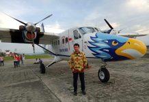 Caption : Pimpinan PT SAM Air, H. Wagus Hidayat, S.E., saat berdiri disamping pesawat yang baru lakukan Joy Flight